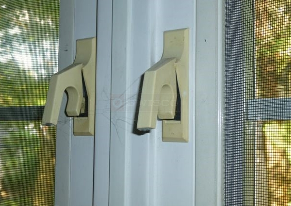 User submitted a photo of window latches.