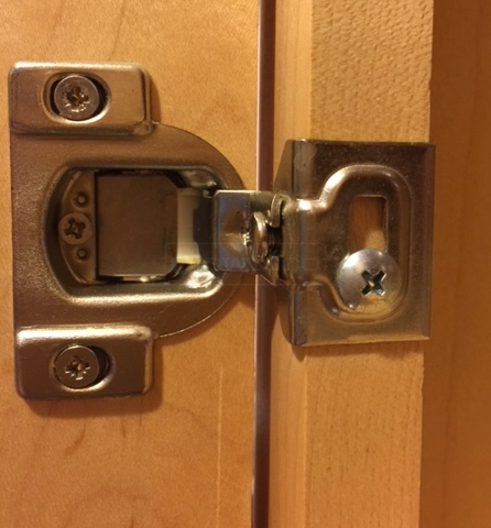 User submitted image of their drawer and cabinet hardware.